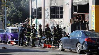 Palokunta jatkoi raivaustöitä tuhoutuneessa varastorakennuksessa Oaklandissa.