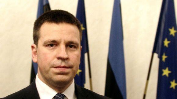 Jüri Ratas, taustalla Viron ja EU:n lippuja.