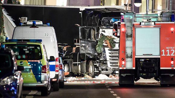 Hälytysajoneuvoja vahingoittuneen rekan edessä Berliinissä.