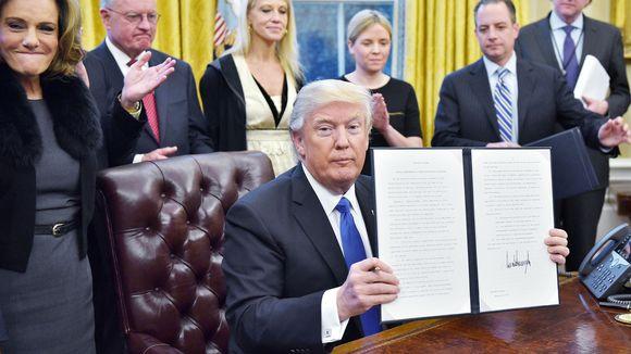 Donald Trump esittelee allekirjoittamaansa maahantulokieltoa valkoisessa talossa.