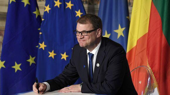 Juha Sipilä allekirjoittamassa julistusta Roomassa lauantaina.