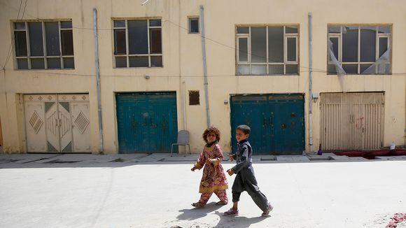 Kaksi lasta talon edustalla