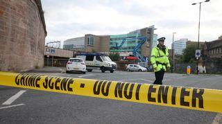 Poliisin eristämä alue Manchester Arenan lähellä tiistaiaamuna.