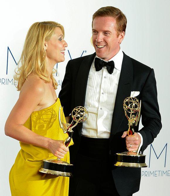 Näyttelijät Claire Danes ja Damian Lewis poseerasivat kuvaajille Emmy-gaalan jälkeen.