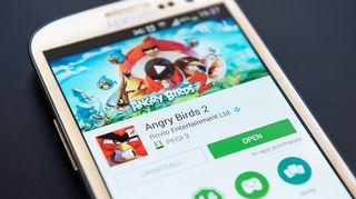 Angry Birds 2 -ruutu puhelimen näytöllä