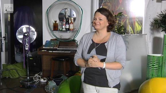 Video: Marita S. Barber haastattelukuvassa.