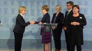 Ministeri Anna-Maja Henriksson ottaa vastaan viittomakielilaki koskevan muistion.
