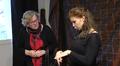 Video: Kaksi viittomakielistä näyttelijää harjoittelemassa näytelmää.