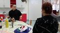 Video: Kaksi lasta keskustelemassa pöydän ääressä.