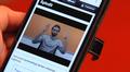 """Video: Signwiki kännykän näytöllä. Henkilö viittomassa termia """"aplodit""""."""