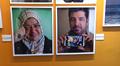 Video: Kaksi valokuvaa. Vasemman puoleisessa irakilainen nainen ja oikealla hänen miehensä.