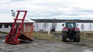 Tytöt traktorissa