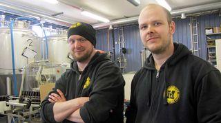 Pekka Riihimäki ja Ville-Petteri Salomäki työpaikalla oluen äärellä