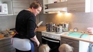 Liisa Leinonen keittokeskiviikon vapaaehtoistöissä kylätalolla