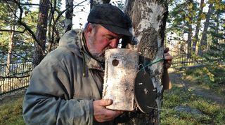 Urpo Koponen kurkistaa linnunpöntön sisälle