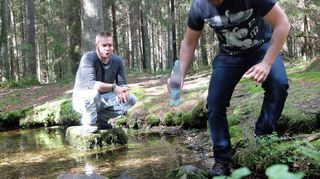 Tuomo Kesäläinen ja Perttu Häkkinen nostivat uhrilähteen vettä.