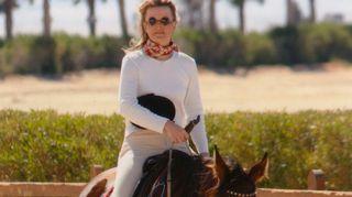 Ihmisoikeuslakimies Kristiina Kouros hevosen selässä