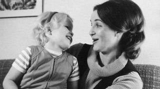Kristiina Kouros kolmevuotiaana äitinsä kanssa.