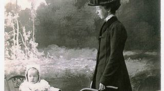 Kristiina Kouroksen isoäiti ja isoisoäiti vuonna 1911 otetussa valokuvassa.