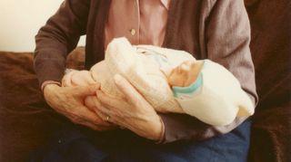 Johanna Vuoksenmaan mamma pitää sylissään Johannan esikoisvauvaa