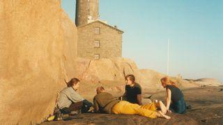 Ihmisiä lekottelemassa Bengtskärin kalliolla