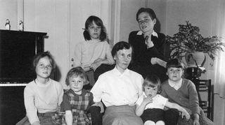 Emu kasvoi kuusilapsisen perheen esikoisena. Toukokuussa 1960 otetussa kuvassa on lasten äidinäiti Wilhelmiina Haapiainen ja sisarusparvi: Ilkka 13, Pirkko 11, Kaarina 10, Eeva 7, Anu 4 ja Ossi 2 vuotta. Kuva otettiin lasten kotona Strömsin kartanossa Helsingin Roihuvuoressa mummon 65-vuotispäivän aikaan.