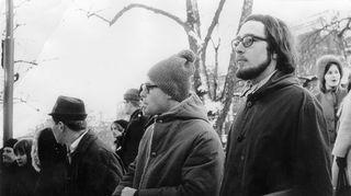 Emu ja nuoruudenystävä Eero Jakama seuraavat penkkariajoja helmikuussa 1967 Esplanadilla. Kulki hän minne vaan, Emulla oli aina kädessään levykotelo. Levyjä lainattiin ja vertailtiin kavereiden kanssa ja pienimuotoinen kaupankäyntikin alkoi jo noina vuosina tuttujen kesken.