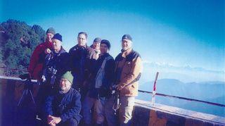 Linturetket ovat olleet Emulle tärkeä harrastus jo vuosikymmenten ajan. Tässä kuvassa vuodelta 2001 ollaan Snow View Ridge -nimisessä paikassa lähellä Nainitalia Pohjois-Intiassa. Taustalla siintävät Himalajan huiput. Kuvassa vasemmalta oikealle seisomassa: Heikki Ropponen, Heikki Karhu, Pentti Kallio, Juha Laaksonen, Hannu Jännes ja Markku Tunturi. Emu itse on edessä keskellä.
