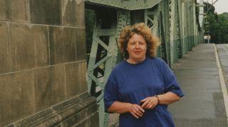 Olen tässä joskus 2000-luvulla Berliinissä, Glienicken sillalla. Halusin kuvan tästä sillasta mukaan, koska tämä on niin mystinen paikka. Tällä sillalla DDR ja Länsi-Saksa vaihtoivat vankeja ja vakoojia keskenään. DDR sai näistä vaihdoista myös länsivaluuttaa. Berliinissä olen ollut paljon ja pitkiä aikoja. Berliinissä kiinnostaa sen historia. Minusta on muutenkin vapauttavaa olla siellä. Kielimuurin takia ei tarvitse ottaa vastaan eikä ymmärtää Suomessa vääjämättä päälle tulevaa tulvaa milloin kenenkin julkkiksen edesottamuksista.