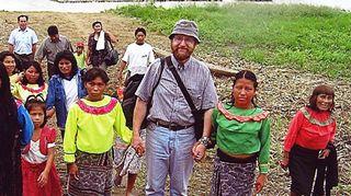 Osmo Kontula kyläläisten kanssa Perussa 2005