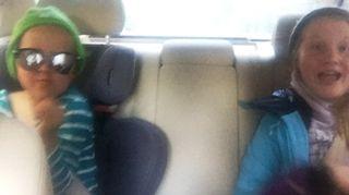 Miran lapset Veera ja Leo autossa