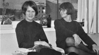 Pepi Reinikainen oli nuorena tyttönä Ruotsissa kesätöissä, kun sai kuulla, että hänen isänsä oli hänen kanssaan neuvottelematta päättänyt laittaa Pepin Porvoon naisopisto -ja tyttölukioon. Tässä vuonna 1967 otetussa kuvassa Pepi Reinikainen (oik) istuu huonetoverinsa Jatan kanssa asuntolan huoneessa.