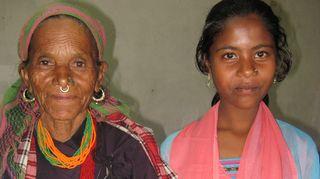 Tämä kuvaa antaa minulle valtavan tunteen siitä, että kannatti tehdä työtä siellä. Tässä kuvassa on seppäheimoon kuuluvat äiti ja tytär. Vuonna 1977 Nepalin lukutaitoprosentti oli 15%, tällä hetkellä aikuistenkin jo 45 % kouluikäisten 90%.