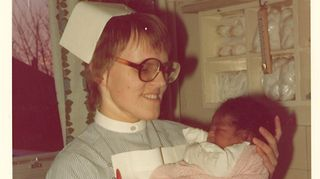 Koulutuksen kansainvälisiin tehtäviin Kirsti sai Englannissa. Kuvassa on yksi hänen sadasta synnytyksestä,  jotka piti koulutuksen aikana hoitaa.
