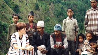 Syrjäiseen alakastisten ompelijoiden halveksittuun ja köyhään kylään Kirsti lähti lukutaitotyöhön.