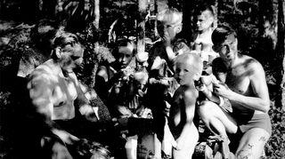 Kuvassa on Heidi Mäkisen perhe ja sukulaisia kahvitauolla yhteisten peltotöiden jälkeen Kiuruvedellä Toiviaiskylässä 1950-luvun lopulla.