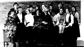 Nuoruuden ystävät olivat tärkeitä lukiossa, ja osa heistä kulkee mukana edelleen. Kuvassa Vanhojen päivien viettäjiä Heidin luokalta Kuopion klassillisesta lyseosta eli Klassikasta. Heidi itse on kuvassa hattupäinen naurava tyttö, neljäs oikealta.