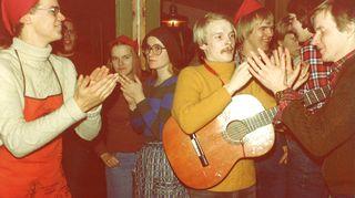 Opiskeluaika lääkisessä Kuopiossa oli värikästä ja hauskaa aikaa. Vaikka tenttejä riitti, jäi aikaa myös muulle, kuten laulujen laulamiseen lopusta alikuunpäin. Heidi itse ei ole kuvassa.