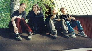 Neljä lasta istuu iloisina leikkimökin katolla vuosia sitten. Omalla tytöllä Ellillä (toinen vasemmalta) on siinä goottivaihe päällä.