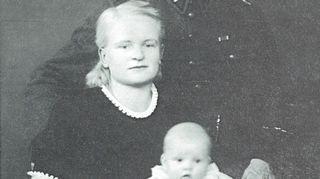 Kuusankosken valokuvaamossa otetussa perhekuvassa Anneli (myöhemmin Anu) vanhempiensa kersantti Lauri Pasi ja Aili-Martan kanssa loppuvuonna 1942, jolloin Anu oli neljän kuukauden ikäinen. Anun äiti menehtyi raskausmyrkytykseen 33-vuotiaana.  Anu oli 6-vuotias.