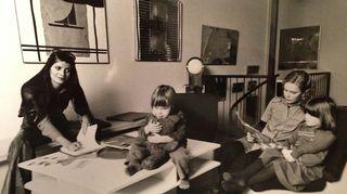 Marianne Heikkilän äiti Roswitha Heikkilä (nykyään Möhring) teki 1960-luvulla usein kotona töitä, jolloin Marianne ja tämän kaksi vuotta nuorempi Marko-veli olivat yleensä kotiapulaisen hoivissa.