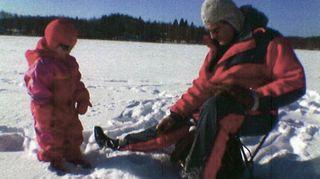 Kuvassa Veikko-pappa on yhdessä Isabella-tyttären kanssa pilkillä.