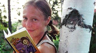 Esikoiskirjan Kirsti on omistanut rakkaalle mummulleen.