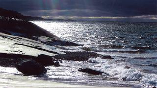 Vänön saari on ulkomeren saari, jonka Kirsti Kuronen löysi vasta aikuisena, mummun ja isän kuoleman jälkeen.