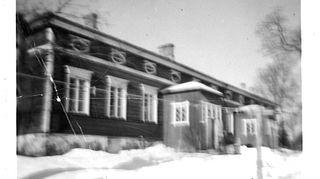 Aarno Kasvi asui noin 10-vuotiaaksi asti Perniön kunnan lastenkodissa, joka sijaitsi Lemun kartanossa.