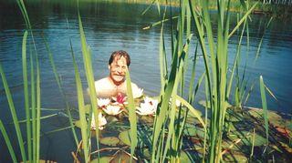 Turun yliopiston professori Arne Rousi houkutteli Aarno Kasvin takaisin Turkuun. Hän antoi Aarno Kasville vapaat kädet muuttaa puutarhaa. - Kuvassa olen lummelammikossa virkistäytymässä paettuani vierailulle tulleita muhkeita emäntiä, vitsailee Kasvi.