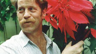 Aarno Kasvi on toiminut asiantuntijaoppaana monilla eksoottisilla puutarhamatkoilla. Madeiran ikivihreällä puutarhasaarella rakastettu puutarhuri Aarno Kasvi ihailee joulutähteä.