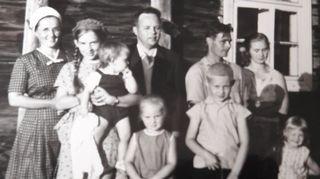 Katriina Järvisen lapsuusperheessä oli neljä lasta sekä Verkatehtaalla siivoojana työskentelevä äiti ja Nokian kumitehtaalla töitä tekevä isä.