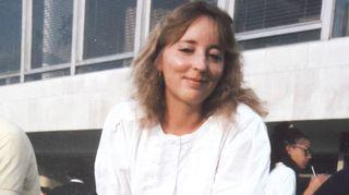 """Katriina Järvinen pakeni uskonnollista """"hirmuhallitustaan"""" eli lapsuusperhettään parikymppisenä Tukholman Rinkebyhyn siivoojan työtä tekemään. Tässä hän on Lontoon-reissulla."""