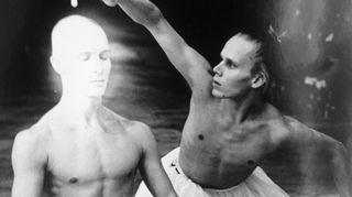 Kuva on Uotisen Pateettinen baletti –teoksesta (1989), joka on yksi hänen menestyneimmistä teoksistaan. Sitä on esitetty seitsemässä eri kansallisbaletissa Euroopassa, muun muassa Firenzen oopperassa. Kuvassa tanssijat Tero Saarinen ja Sami Saikkonen.